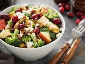 Gaivios ir maistingos brokolių salotos su spanguolėmis