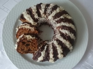 Džiovintų vaisių pyragas su šokoladiniu glaistu
