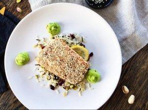 Orkaitėje kepta lašiša su traškia sezamų plutele