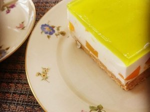 Greitas nekeptas varškės tortas su konservuotais persikais ir želė viršumi