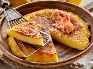 Sotus tarkuotų bulvių, sūrio ir kiaušinių apkepas