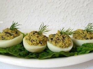Avokadu ir džiovintais grybais įdaryti kiaušiniai