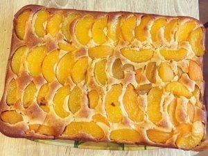 Pyragas su konservuotais persikais