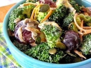 Gaivios brokolių salotos su vynuogėmis