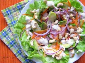 Puikios rūkytos vištienos salotos su avokadu ir riešutais