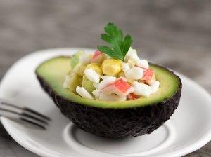 Gaivios avokado salotos su krabų lazdelėmis ir grūdėta varške
