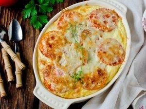 Greitas spagečių apkepas su vištiena ir marinuotais agurkėliais