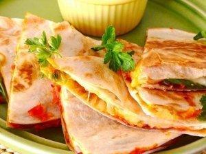 Kesadilijos tortilijų pyragėliai su kumpiu ir sūriu
