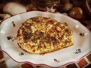 Orkaitėje keptas varškės sūris su medumi ir čili