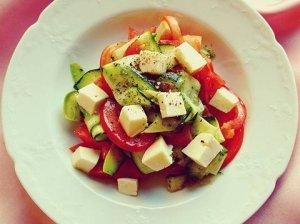 Gaivios salotos su pomidorais ir mocarela sūriu