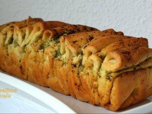 Skanutėlė plėšoma česnakinė duona su žolelėmis