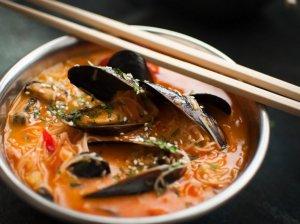 Laksa - aromatinga azijietiška sriuba su makaronais, kokosų pienu ir jūros gėrybėmis