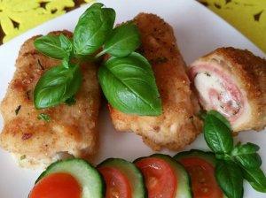 Sultingi orkaitėje kepti vištienos suktinukai su kumpio ir sūrio įdaru