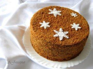 Aromatingas medaus tortas su džiovintomis slyvomis