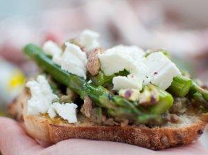 Pavasariški sumuštinukai su avokadu, smidrais ir fetos sūriu