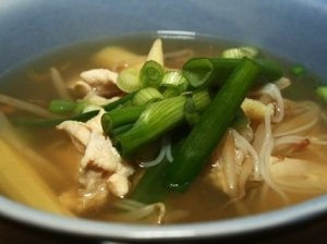 Azijietiška vištienos ir makaronų sriuba