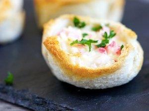 Pikantiškos krabų lazdelių ir sūrio užkandėlės duonos krepšeliuose