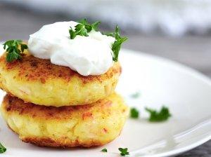 Nuostabūs virtų bulvių blyneliai su sūriu ir krabų lazdelėmis