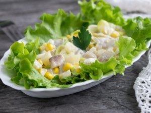 Silkė su konservuotais ananasais ir kukurūzais