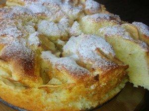 Greitas biskvitinis pyragas su mėgiamais vaisiais
