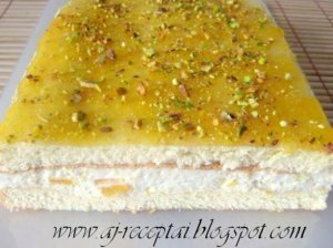 Gaivus biskvitinis pyragas su jogurtiniu kremu ir konservuotais abrikosais