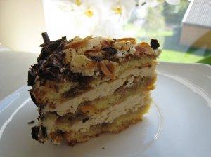 Nuostabus tortas su migdolų drožlėmis ir kondensuoto pieno pertepimu