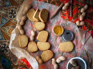 Burnoje tirpstantys žemės riešutų sviesto sausainiai su kario nata