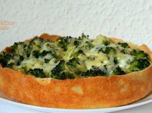 Varškinės tešlos pyragas su brokoliais ir sūriu