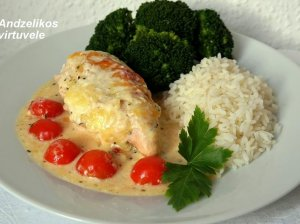 Orkaitėje kepta vištienos krūtinėlė su mocarela sūriu ir pomidorais