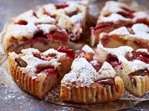 Rabarbarų pyragas su braškėmis - skanutėlis greitutėlis
