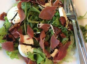 Greitos salotos su vytintu kumpiu ir mocarelos sūriu