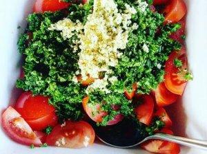 Gaivios pikantiškos pomidorų salotos - idealus garnyras prie grilio patiekalų!