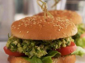 Vasariškas vištienos burgeris su avokado padažu