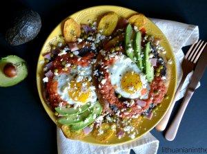 Huevos Motuleños – meksikietiškas pusryčių patiekalas