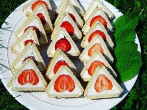 Nekeptas sausainių pyragas su varškės kremu ir braškėmis