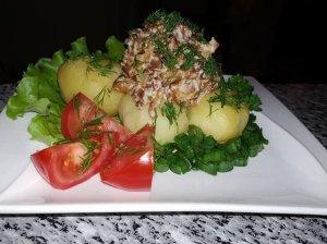 Šviežios bulvės su voveraičių padažu