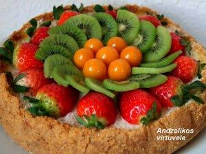 Sūrio pyragas su uogomis ir vaisiais