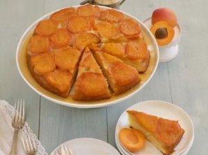 Greitas apverstas biskvitinis abrikosų pyragas