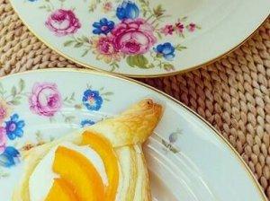 Greiti sluoksniuotos tešlos pyragėliai su rikota ir persikais