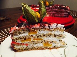 Gaivus aguoninio biskvito tortas su grietinėlės kremu ir persikais