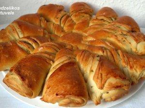 Superinė plėšoma duonelė su česnaku ir žolelėmis