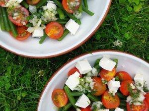 Gaivios vasariškos salotos su šparaginėmis pupelėmis, pomidorais ir fetos sūriu
