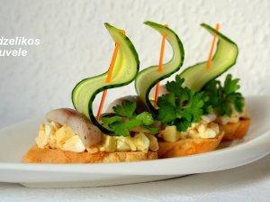 Gaivūs sumuštinukai su silkute, obuoliais ir kiaušiniu