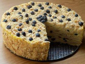 Sviestinės tešlos tortas su varškės kremu ir uogomis