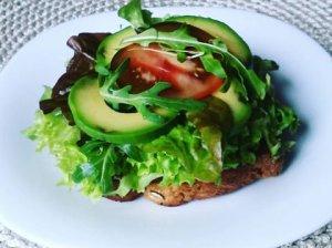 Gaivus pusryčių sumuštinis su avokadais, lašiša ir pomidorais