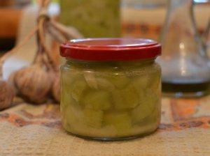 Pikantiški su krienais marinuoti agurkai
