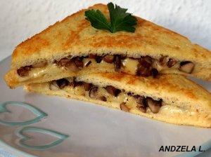 Nuostabūs karšti sumuštiniai su grybais ir sūriu