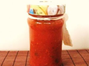 Pomidorų padažas žiemai su slyvomis ir svogūnais