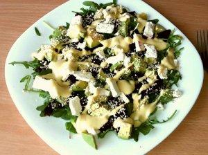 Gaivios burokėlių salotos su fetos sūriu, avokadu ir jogurtiniu padažu