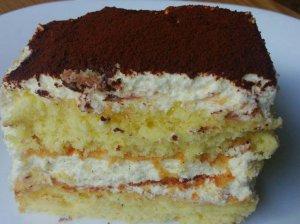 Greitai pagaminamas biskvitinis pyragas su švelniu varškės ir grietinėlės kremu
